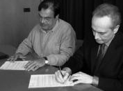 Image: The Mayor of Cass� and Josep Carreras signing the agreement. Photo: La Vanguardia